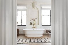 Top 5 Home Decor Tips The Brooklyn Townhouse of Eyeswoon Founder Athena Calderone - The Nordroom.Top 5 Home Decor Tips The Brooklyn Townhouse of Eyeswoon Founder Athena Calderone - The Nordroom Bohemian Apartment, Brooklyn Apartment, Designers Guild, Elizabeth Roberts, Greek Revival Home, Townhouse Designs, Townhouse Interior, Brownstone Interiors, Suite Principal