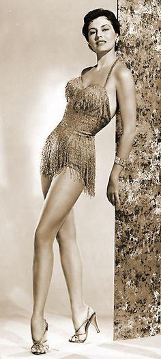 LAS PIERNAS DE CYD CHARISSE  CYD CHARISSE, actriz y bailarina de los años dorados de los musicales de Hollywood, llegó a valorar sus piernas en 5 millones de dólares en 1952.  Formó parte de…
