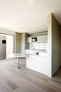 Runde Tische ergänzen sich immer gut zum ansonsten geradlinigen Stil der Küche - Wohnidee by WOONIO