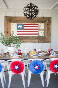 4th of July table setting for a lovely 4th of July party. Love all of this patriotic decor!