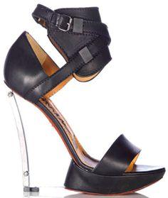 Lanvin'den platformu sandaletler ile gösteriş ve uzun bacaklar bir arada olacak, sizde bu tarzı deneyin..