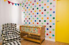 Marina já carregava um barrigão de oitomeses de gravidez quando dedicou uma tarde inteirinha à tarefa de colar bolinhas coloridas na parede do quarto de M