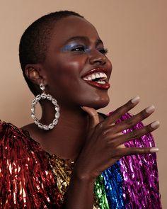 Maquiagem para Carnaval com sombra azul e batom com glitter e brilho. Solange Knowles, Pat Mcgrath, Fashion News, Fashion Beauty, Metallic Makeup, Black Girl Makeup, International Fashion, Famous Brands, Runway Models