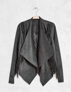 Gilet jeté suédine à franges noir - http://www.jennyfer.com/fr-fr/collection/vestes-et-manteaux/gilet-jete-suedine-a-franges-noir-10009386060.html
