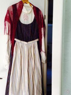 Dräkt från Torsåker, Hofors. Denna finrandade folkdräkt med sitt ljusa linrandsförkläde påminner väldigt mycket om de dräkter som finns i Arbrå och Rengsjö. Det ser ut att vara exakt samma förkläde och livkjol.