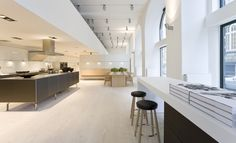 Many bulthaup showrooms have Dinesen plank floors. A close cooperation and the right combination since Showroom Interior Design, Furniture Showroom, Store Design, 3d Design, Bulthaup Kitchen, Architecture Board, Plank Flooring, Retail Design, Bar Stools