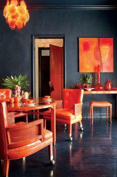 black walls and orange. zinging zingy> a lot of the orange BUT black walls yeah Deco Cool, Orange Rooms, Dark Walls, Blue Walls, Wood Walls, Interior Decorating, Interior Design, Deco Design, Design Design