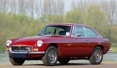 La première MGB GT de série, construite en septembre 1965, est la vedette du Salon d'Earls Court, le mois suivant. La MGB GT ne sera commercialisée sous le nom de MGB / GT aux USA qu'après le Salon de New York d'avril 1966.