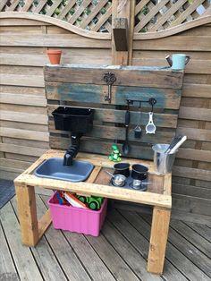 Mud kitchen = Done! - The Best Outdoor Play Area Ideas Outdoor Play Kitchen, Diy Mud Kitchen, Mud Kitchen For Kids, Kids Outdoor Play, Outdoor Play Areas, Kids Play Area, Backyard For Kids, Diy For Kids, Pallet Mud Kitchen Ideas