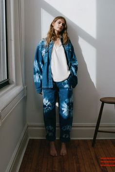Find t shirts for women at UO. Shop patterned t shirts like tie dye or basic v neck t shirts, we have them all! Tie Dye Jeans, Fashion Forecasting, Fashion Design, Fashion Tips, Fashion Trends, Denim Fashion, Who What Wear, T Shirts For Women, How To Wear