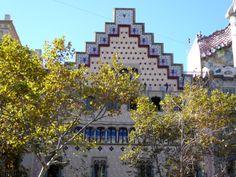 Schon lange hat mich dieses Haus fasziniert. Direkt neben der berühmten Casa Batllò erhebt sich, von vielen Touristen fast unbeachtet, die Casa Amatller. Das Gebäude am Passeig de Gracia 41 war das erste, der drei bekanntesten Bauten dieses Häuserblocks in der neu entstehenden Eixample. Das Haus ist ein Werk des