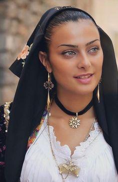 Beautiful Hijab, Simply Beautiful, Gorgeous Women, Beautiful People, Gorgeous Girl, Beautiful Eyes, Sicilian Women, Sardinian People, Arabian Beauty Women
