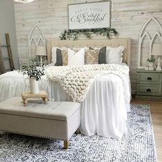 26 Rustic Bedroom Design and Decor Ideas for a Cozy and Comfy Space - The Trending House Farmhouse Master Bedroom, Master Bedroom Design, Home Decor Bedroom, Interior Design Living Room, Bedroom Designs, Modern Bedroom, Rustic Girls Bedroom, Farmhouse Bedroom Furniture, Bedroom Rugs