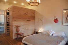bygg förvaringen med liggande plywood i bänk och garderob