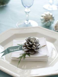 Une pomme de pin argentée pour la déco de la table de Noël http://www.homelisty.com/table-de-noel/