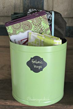 Spray paint a popcorn tin to create a stylish organizer Upcycled Crafts, Repurposed Items, Tin Can Crafts, Diy Crafts For Kids, Craft Ideas, Diy Ideas, Metal Crafts, Decor Ideas, Decorative Storage