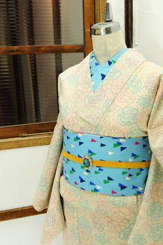 クリームホワイトに、澄んだ色合い美しく流水にふわりと浮かぶような薔薇の花がデザインされた化繊の単着物です。 #kimono