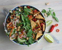 Vietnamese rice noodle salad with crispy tofu and peanuts. Vegan. gf  – Maikin mokomin