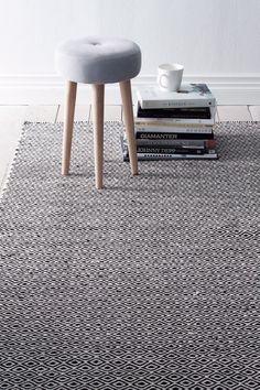 Flot tæppe med klassisk gåseøjemønster. Trend af bomuld. <br><br>100% uld<br>Støvsugning/skumrens