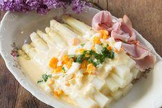 Recept voor asperges met zelfgemaakte hollandaisesaus met boerenham, eieren & peterselie. Lees hier hoe je eenvoudig zelf thuis de lekkerste asperges met zelfgemaakte hollandaisesaus kunt maken. Healthy Diners, Dutch Recipes, Bbq Party, Butter Chicken, Allrecipes, Camembert Cheese, Potato Salad, Foodies, Grilling