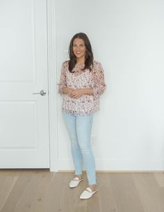 spring outfit | light wash skinny jeans | white mules | Petite Fashion Blog Lady in violet Business Casual Outfits, Casual Fall Outfits, Fashion Sale, Petite Fashion, Dark Blue Jeans, White Jeans, Floral Blouse, Floral Tops, Daytime Outfit