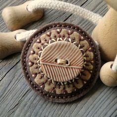 Brožka s keramikou Brož z filcu, s hliněným knoflíkem a vyšívaná bavlnkama.