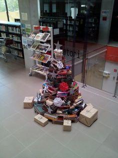 #árbol de #navidad con #libros biblioteca de sant joan d'alacant