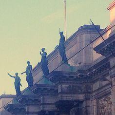Bonjour! Bonjour! Bonjour bonjour bonjour! #brussels #bruxelles #belgium #belgique #goodmorning #bonjour #statues #museums (at Musée Royaux Des Beaux-arts De Belgique)