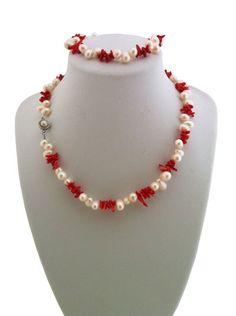 Setul Coral Dream    Set realizat din perle naturale albe neregulate si tepi de coral rosu. Setul contine colier-45 cm, bratara-19 cm si cercei asortati cadou. Se poate realiza si pe alte dimensiuni.Detalii: http://cadourisiperle.ro/produse/colectia-magic/setul-coral-dream