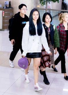 Twice-Tzuyu 191108 Gimpo Airport from Japan Nayeon, Stylish Girls Photos, Girl Photos, South Korean Girls, Korean Girl Groups, Korean Girl Band, Chou Tzu Yu, Tzuyu Twice, Dahyun