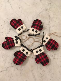 Now that Old Man Winter has decided to show up, Ive added another primitive mitten garland to my collection. Now you can choose between my original garland featuring three different colored mittens or the new garland which has all of the mittens in a traditional red/black buffalo plaid. The mittens are made with flannel and felt and are lightly stuffed. They are tied to a 7 long piece of jute (32 of mitten area and 2 of jute at each end). The mittens slide on the jute so you can adjust ...