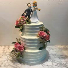 Tarta buttercream rayada con decoración floral. Cake, Desserts, Food, Floral Decorations, Tailgate Desserts, Deserts, Kuchen, Essen, Postres