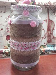 Bote de cristal reciclado y decorado con cuerda y telas,tapadera forrada con cuerda,y cinta.