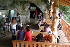 ◊◊ Kristallhöhle Kobelwald ◊◊Die Kristallhöhle Kobelwald befindet sich oberhalb des Weilers Kobelwald bei Oberriet im St. Galler Rheintal. Sie zieht allährlich tausende von Besuchern in ihren Bann. Die Höhlenatmosphäre, die Calcit-Kristalle, die Tropfsteine, das rauschende Wasser sowie die Ton- und Lichtverhältnisse üben auf jüngere und ältere Besucher eine grosse Faszination aus. Als begehbare, wasserführende Höhle mit einem grossen Kristall-Vorkommen ist sie einmalig in der Schweiz.