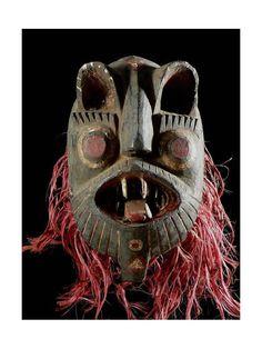 Il s'agit ici d'un type de masque très puissant, donc très rare également. Sa face féroce représente un lion menaçant, qui incarne un esprit surnaturel. On le nomme Kedeneh. Quand il danse, cet esprit sauvage est incontrôlable.