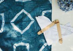 How To Tie Dye, How To Dye Fabric, Shashiko Embroidery, Fabric Dyeing Techniques, Diy Fashion Hacks, Tie Dye Crafts, Shibori Tie Dye, Tie Dye Patterns, Marimekko