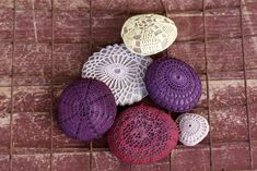 Traditional white or off white covered stone, natural dyed stones in wonderful colors and the very wonderful natural dyed crochet covered bamboo stones in gorgeous shades of nature.