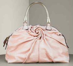 Rosa e fucsia sono le tonalità predominanti nella nuova collezione Valentino 2012