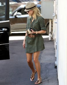 Reese Witherspoon Looks Chic and Fabulous in This Street Style Kaki Shirt, Khaki Shirt Dress, Pastel Outfit, Casual Chic, Shirtdress Outfit, Reese Witherspoon Style, Estilo Preppy, Outfits Mujer, Inspiration Mode