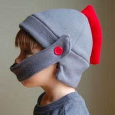 Fleece Knight Helmet Hat with tutorial and free pattern! ***Der perfekte Helm fu00fcr unser St. Martin Spiel
