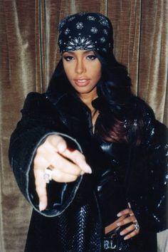 aaliyah-style-bandana-lamoda des années 90 - New Sites Style Aaliyah, Rip Aaliyah, Aaliyah Outfits, Aaliyah Costume, Jenifer Lopes, Hip Hop Fashion, 2000s Fashion, Mode Old School, 90s Style