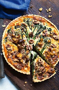 Gorgonzola, broccolini and walnut tart with pear relish - Gesunde Rezepte Veggie Recipes, Vegetarian Recipes, Cooking Recipes, Healthy Recipes, Quiches, Good Food, Yummy Food, Tasty, Savory Tart