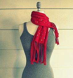 Wobisobi: Red T-shirt Scarf With Gold Polka Dots, DIY. I think I'm going to sew two strips together for a longer scarf. Diy Clothes Refashion, Shirt Refashion, T Shirt Diy, Diy Scarf, Scarf Shirt, Shirt Transformation, Ideas Vintage, Diy Clothes Videos, Gold Polka Dots