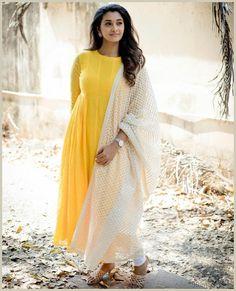 6 Looks Of Actress Priya Bhavani Shankar That Are Perfect For Bridesmaids! Priya Bhavani Shankar, Actress Priya, White Saree, Malayalam Actress, Anarkali Dress, Anarkali Suits, Tamil Actress Photos, Party Wear Dresses, Indian Beauty Saree