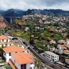 Funchal ist die Hauptstadt der Insel Madeira. Sie ist für ihr angenehmes Klima, ihren Wein und die Handwerkswaren berühmt.  Freundliche Einwohner, gemütliche Straßen und günstige Taxis sorgen dafür, dass man sich in der Stadt hervorragend zurechtfindet. Falls auch Du an einer spannenden Madeira-Reise interessiert bist, frag uns noch heute nach deinem individuellen Urlaubsangebot auf travelyst.de!