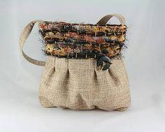Kabelka je ušitá z poťahoviny a dielov tkaných na ráme z pásikov textilu a efektnej priadze. Je vystužená, drží tvar, zapína sa na zips. Podšitá je jemnou bavlnou s voľným predeleným vrecko...