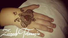 Henna sur une main d'une jolie petite fille