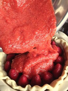 This No Bake Fresh Strawberry Pie is filled with nothing but strawberries with a homemade strawberry sauce- no jell-o needed! Fresh Strawberry Pie, Strawberry Recipes, Fruit Recipes, Sweet Recipes, Strawberry Sauce, Pie Recipes, Summer Dessert Recipes, Delicious Desserts, Yummy Food