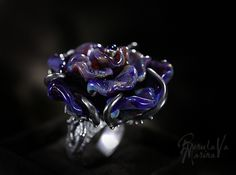 Кольцо `Во имя розы`. ПРОДАНО!  Идея этого кольца давно не давала мне покоя, и вот наконец-то она воплотилась в жизнь! Живописная, переливающаяся разными оттенками, фиолетовая роза, обвита ветками из черненого серебра, инкрустированного черными фианитами...