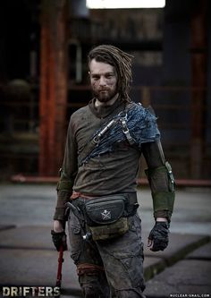 This one shoulder/gauntlet look Post Apocalypse, Apocalypse Fashion, Apocalypse World, Apocalyptic Clothing, Post Apocalyptic Costume, Post Apocalyptic Fashion, Dystopia Rising, Concept Clothing, Dystopian Fashion